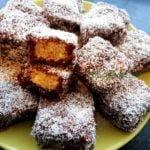 Bizcochitos con cobertura de chocolate y coco